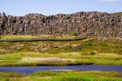Steenafgrond en een rivier in het nationale park Thingvellir in IJsland 12 06.2017 Stock Foto