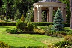 Steenas met kolommen in het park met landschapsontwerp royalty-vrije stock afbeeldingen