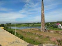 Steenbakkerij naast rivier royalty-vrije stock afbeeldingen