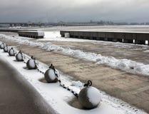 Steenballen door een ketting op de de winterkust worden verbonden van de Golf die royalty-vrije stock afbeeldingen
