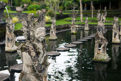 Steenbeeldhouwwerk op ingangsdeur van de Tempel in Bali Stock Foto's