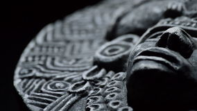 Steenbeeldhouwwerk van gezicht van oude kunst Zuidamerikaanse aztec, inca, olmeca stock footage