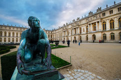 Steenbeeldhouwwerken bij paleis van Versailles Stock Foto's