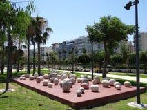 Steenbeeldhouwwerken in de vorm van eieren op de waterkant van Limassol stock foto's