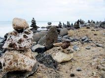 Steenbeeldhouwwerken op het strand Stock Afbeeldingen