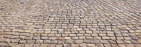 Steenbestrating in perspectief De textuur van de steenbestrating Het graniet cobblestoned bestratingsachtergrond Abstracte achter stock foto's