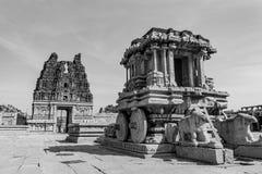 Steenblokkenwagen en Geruïneerde Toren - Vittala-Tempel Zwart-wit Hampi stock foto