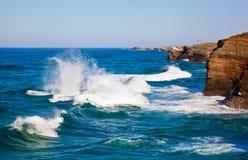 Steenbogen op Playa DE las Catedrales tijdens vloed, Spanje Stock Afbeeldingen