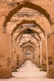 Steenbogen in ruïnes - koninklijke stallen Stock Foto's