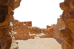 Steenboog aan het platform met een menings witte achtergrond Mening van de vesting Massada in Israël royalty-vrije stock foto