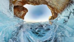 Steenboog in het ijs van Meer Baikal Het eiland van Olkhon royalty-vrije stock afbeelding