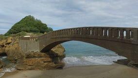 Steenbrug aan het eilandje Rocher Du Basta 09 stock footage