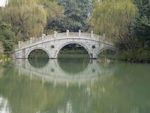 Steenbrug bij westlakehangzhou Stock Foto's