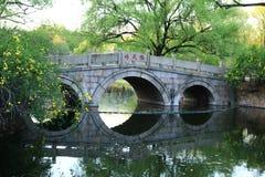 Steenbrug in de lentepark van Shanghai stock fotografie