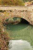 Steenbrug en de Jucar-Rivier in Alcala del Jucar dorp royalty-vrije stock afbeeldingen