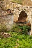 Steenbrug en de Jucar-Rivier in Alcala del Jucar dorp royalty-vrije stock fotografie