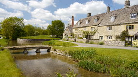 Steenbrug in Lagere Slachting in Cotswolds Stock Fotografie