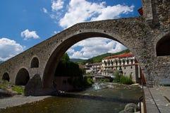 Steenbrug op Camprodon stad in Catalonië Stock Fotografie