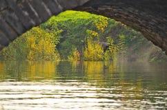 Steenbrug op de waterkant van de stadsvijver Royalty-vrije Stock Afbeeldingen