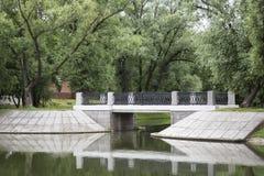 Steenbrug over de stroom Stock Foto