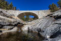 Steenbrug over een rivier in de bergen royalty-vrije stock foto
