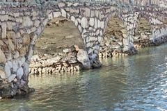 Steenbrug over een rivier van het close-upperspectief Royalty-vrije Stock Afbeeldingen