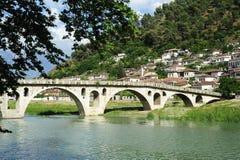 Steenbrug over Osum-rivier in Berat royalty-vrije stock foto's