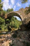 Steenbrug over rivier Neda stock foto's
