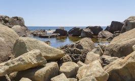 Steenchaos op de kust die van de Zwarte Zee, klein binnenwater vormen crimea royalty-vrije stock fotografie