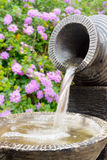 Steenfontein met Bloemen op de Achtergrond Stock Afbeeldingen