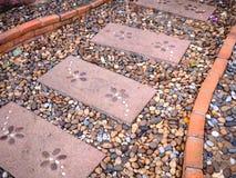 Steengang en bakstenen in tuin Royalty-vrije Stock Foto's