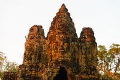 Steengezichten in Bayon, de tempel van Angkor Thom, het selectieve licht van de nadrukzonsondergang Het concept van de boeddhisme stock foto