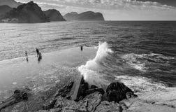 Steengolfbreker met grote golven. Montenegro Stock Foto's