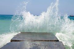 Steengolfbreker met het breken van golven Stock Fotografie