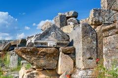 Steengraven en graven in Necropoolstad van dode, oude Hierapolis-begraafplaats, Pamukkale, Turkije stock foto's