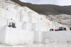 Steengroeve van wit marmer Stock Afbeeldingen