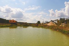 Steengroevecomplex met transportband en steengroevekraan Bouwnijverheid Horizontale foto Stock Afbeelding