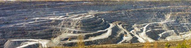 Steengroevemijnbouw van asbest, Oeralgebergte, Rusland royalty-vrije stock fotografie
