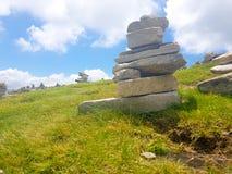 steenhoop ( Inukshuk rocks) bij de bovenkant van de berg van La Rhune in de Atlantische Pyrenee?n Grens tussen Spanje en Frankrij stock foto