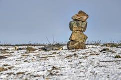 Steenhoop op een sneeuwalluviaal gebied stock foto's