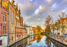 从Steenhouwersdijk街道的看法到沿运河,布鲁日,比利时的典型的砖房子 库存图片
