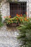 Steenhuis met bloemen, Sirmione, Italië Stock Afbeeldingen