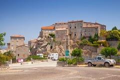 Steenhuizen op heuvel, stadslandschap, Zuid-Corsica Stock Afbeeldingen