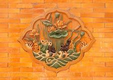 Steenhulp met lotuses op de muren van het Keizerpaleis, Peking stock foto