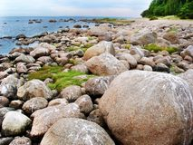 Steenkeien op het strand van het noordelijke overzees Stock Afbeelding