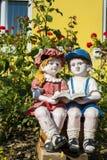 Steenkinderen die in de richtlijn van het tuinportret lezen Stock Afbeeldingen