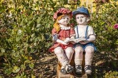 Steenkinderen die in de tuin lezen Royalty-vrije Stock Foto