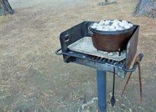Steenkolen op het Deksel van Nederlands Oven Cooking Dinner 2 stock foto's