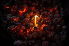 Steenkolen van een vuur die bij nacht branden stock afbeeldingen