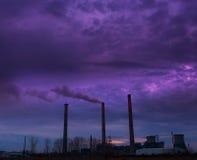Steenkool aangedreven installatie en rookstapels Stock Fotografie